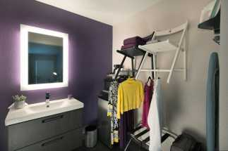 Hotel Iris San Diego - Vanity and closet